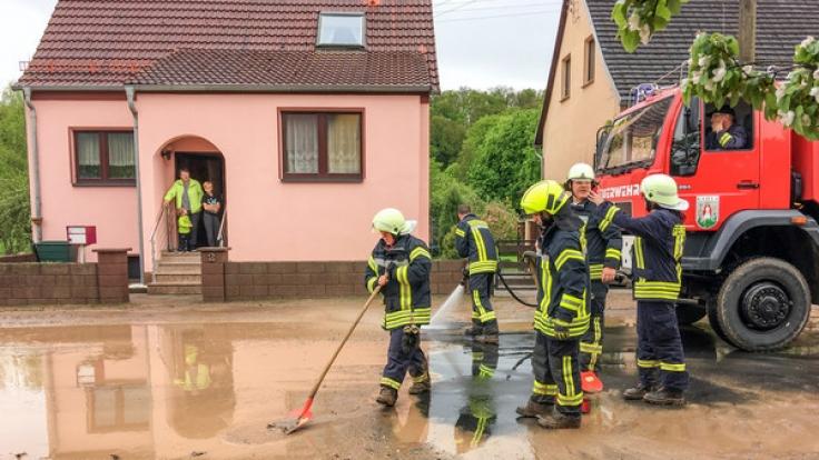Die schweren Unwetter über Deutschland überschwemmen Straßen und Keller.