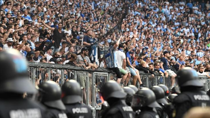 Polizisten sichern den Fanblock von 1860 München im Relegationsrückspiel gegen Jahn Regensburg. (Foto)