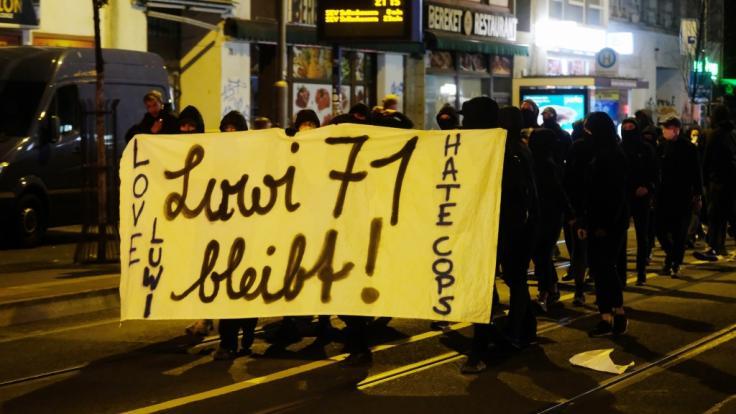Mehrere hundert Menschen protestierten gegen die Räumung eines besetzten Hauses im Leipziger Osten. (Foto)