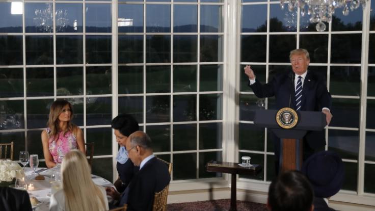 Melania Trump ließ ihren Ehemann Donald bei einem Dinner im Trump National Golf Club abblitzen.