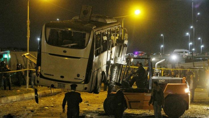 Der Touristenbus wird nach dem Bombenanschlag abtransportiert. (Foto)