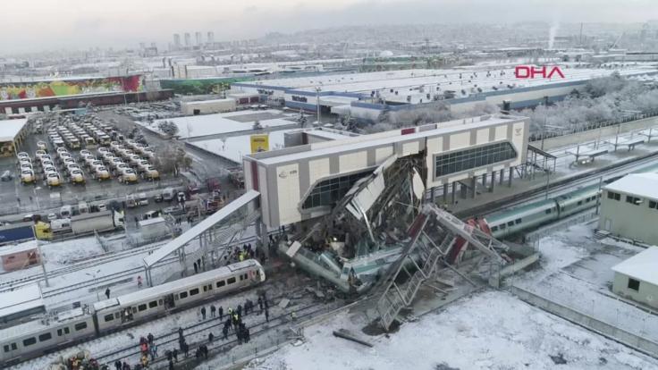 Das Videostandbild zeigt mehrere beschädigte und entgleiste Wagons an einem Bahnhof in Ankara.