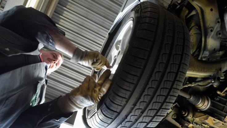 Die Automechaniker müssen in den präparierten Autos eine stattliche Zahl an Fehlern finden. (Foto)