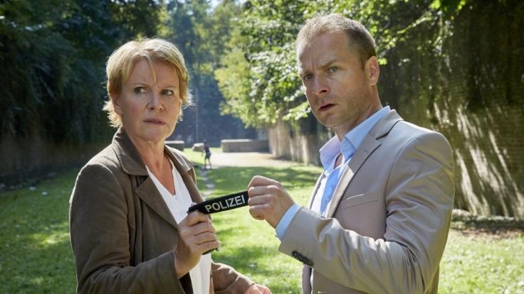 Marie Brand (Mariele Millowitsch) und Kollege Jürgen Simmel (Hinnerk Schönemann) nehmen den Tatort genau unter die Lupe. (Foto)