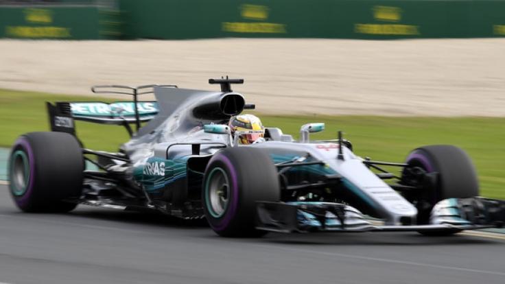 Formel 1 - Grand Prix von Australien am 24.03.2017 in Melbourne (Australien). Der britische Mercedes-Pilot Lewis Hamilton fährt während des zweiten Trainings.