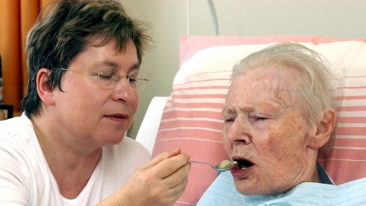 In Altenheimen wird oft zu Beruhigungsmittel gegriffen, anstatt  die Bewohner wieder auf die Beine zu kriegen. (Foto)