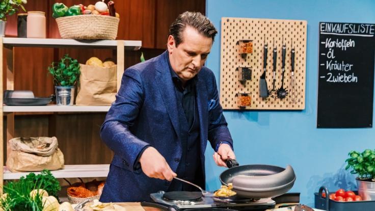 """Investor Ralf Dümmel nimmt die Pfanne mit den magnetischen Anbauteilen von """"Easy Pan"""" genau unter die Lupe. (Foto)"""