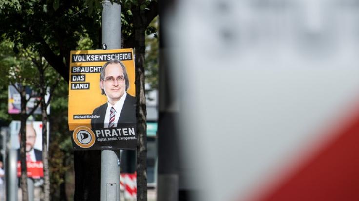 Welche Strafe droht, wenn Wahlplakate beschmiert oder abgerissen werden?
