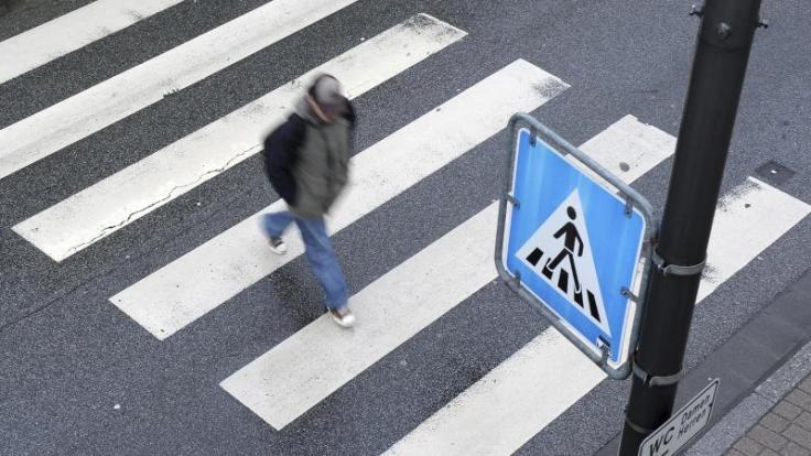 Autofahrer müssen mit mäßigem Tempo an Zebrastreifen heranfahren.