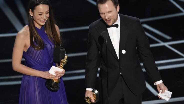 """So sehen Sieger aus: Joanna Natasegara und Orlando von Einsiedel mit ihren Oscars für den Dokumentar-Kurzfilm für """"The White Helmets"""". (Foto)"""