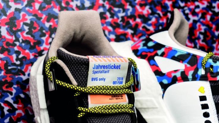Der Schuh ist im Design der Sitze in den BVG-Fahrzeugen. (Foto)