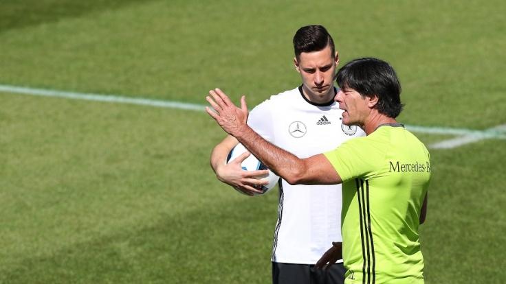 Bundestrainer Joachim Löw und Julian Draxler. (Foto)