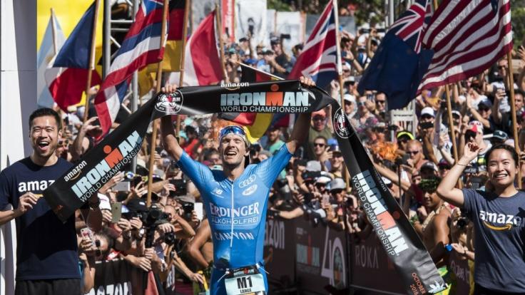 Patrick Lange aus Deutschland jubelt bei seiner Ankunft im Ziel über seinen Sieg. (Foto)