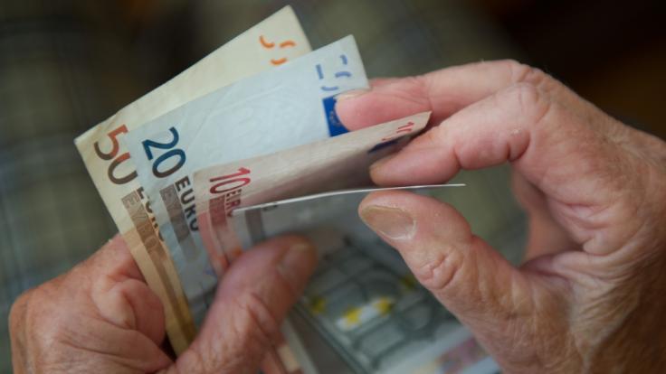 Nach Ansicht von Rentenpräsidentin Gundula Roßbach sollten Menschen in Ballungsräumen eine höhere Rente erhalten. (Foto)