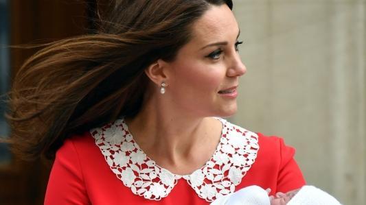 Kate Middleton tritt mit ihrem neugeborenen Baby vor die Kameras. (Foto)