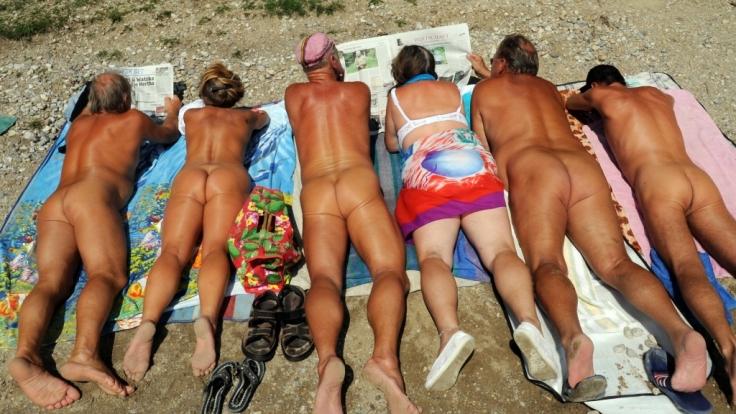 Eine Reisegruppe an der Ostsee. (Foto)