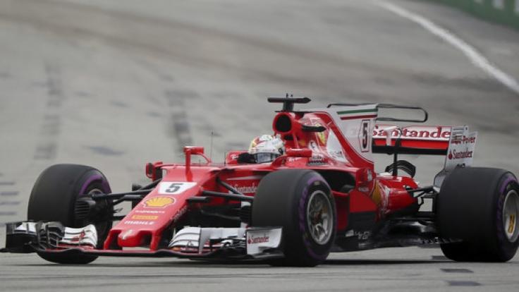 Ferrari-Pilot Sebastian Vettel dreht beim Großen Preis von Singapur seine Runden. (Foto)