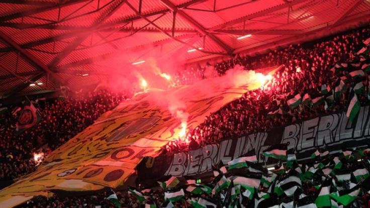 Hannover-Fans machen Stimmung auf den Rängen beim DFB-Pokal-Spiel zwischen Hannover 96 und Eintracht Frankfurt im Achtelfinale am 8. Februar 2017.