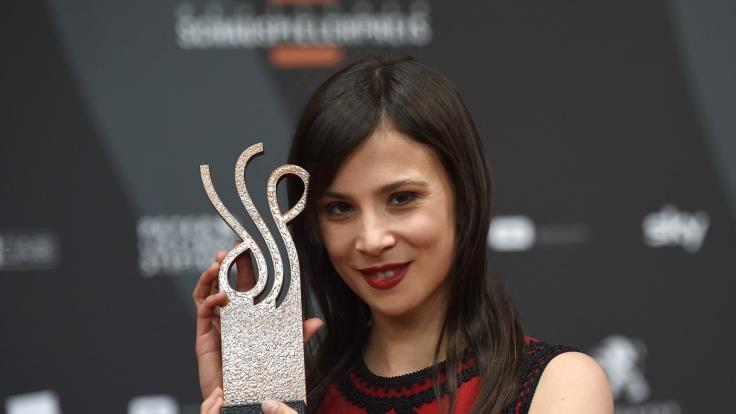 Aylin Tezel nimmt ihren Preis entgegen. (Foto)