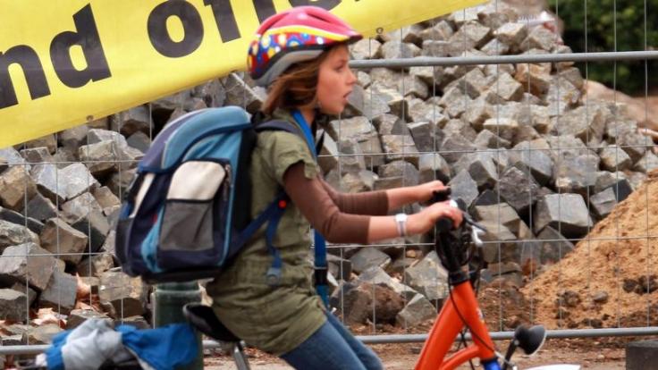 Mit dem Rad zur Schule: Ranzen in den Fahrradkorb (Foto)