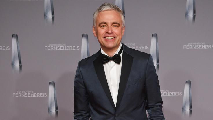 Andreas von Thien steht auf dem Roten Teppich zur Verleihung des Deutschen Fernsehpreises 2016. (Foto)
