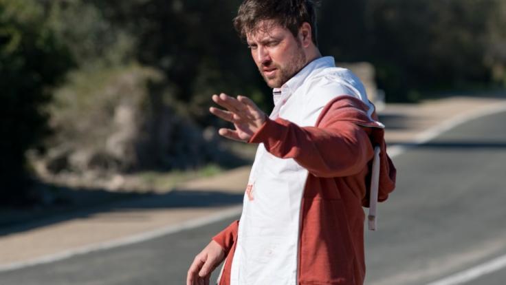 """John (Felix von Jascheroff) gerät im Mallorca-Special von """"Gute Zeiten, schlechte Zeiten"""" in die Schusslinie. (Foto)"""