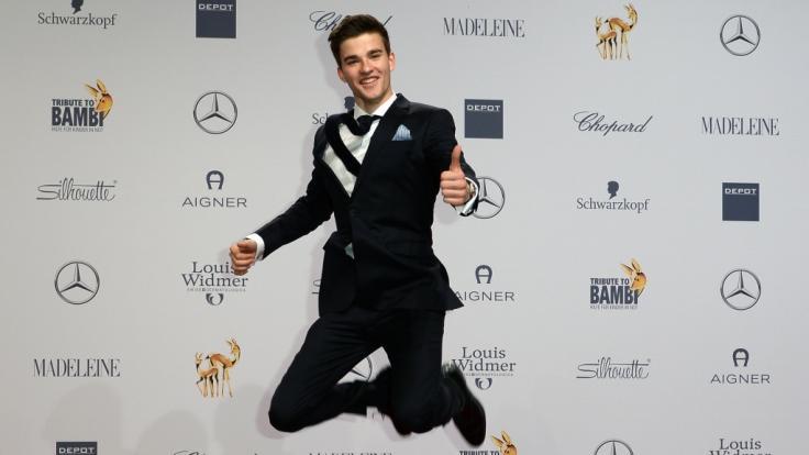 """Schauspieler Patrick Mölleken hat allen Grund, vor Freude in die Luft zu springen: Er spielt in der beliebten Serie """"In aller Freundschaft"""" mit. (Foto)"""