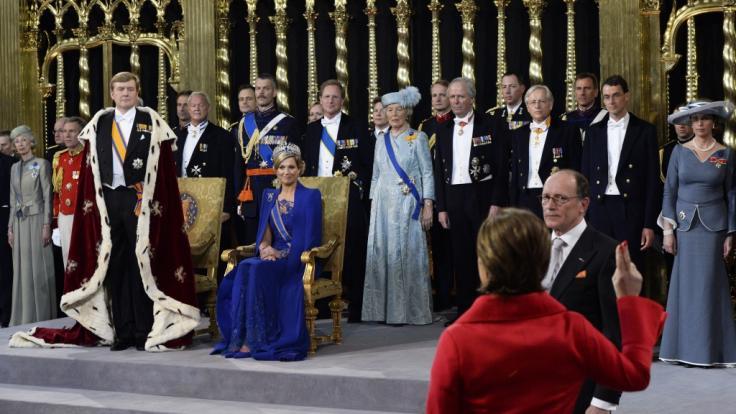 König Willem-Alexander der Niederlande und Königin Maxima am Tag der Inthronisierung - eine Krone sucht man auf dem Kopf des Monarchen vergebens, nur die niederländische Königin ließ es dank einer Tiara funkeln. (Foto)