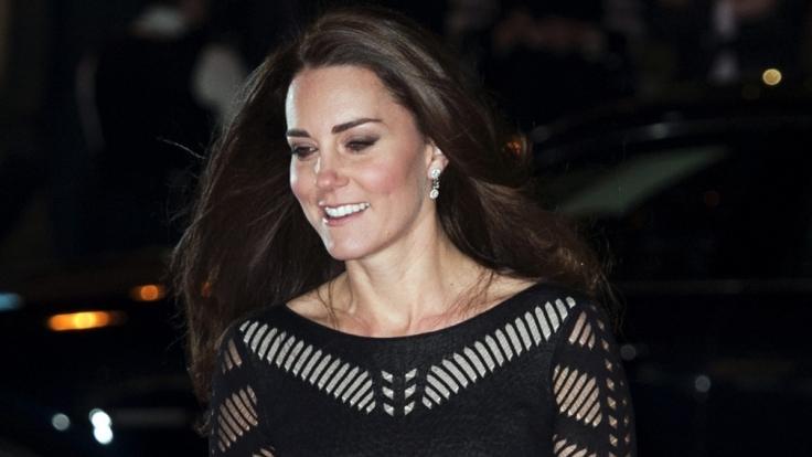 Herzogin Kate lacht die BH-Panne einfach weg.