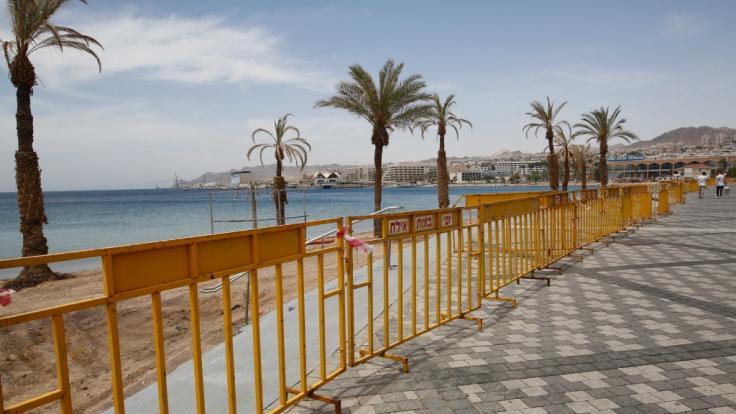 Blick auf eine leere Strandpromenade in dem Urlaubsort Eilat am Roten Meer im Süden Israels. In einem Hotel in der Küstenstadt soll es zum Missbrauch gekommen sein.