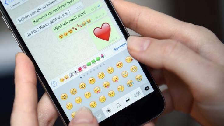 WhatsApp bietet auch die Möglichkeit, Chats vor neugierigen Augen zu verstecken. (Foto)