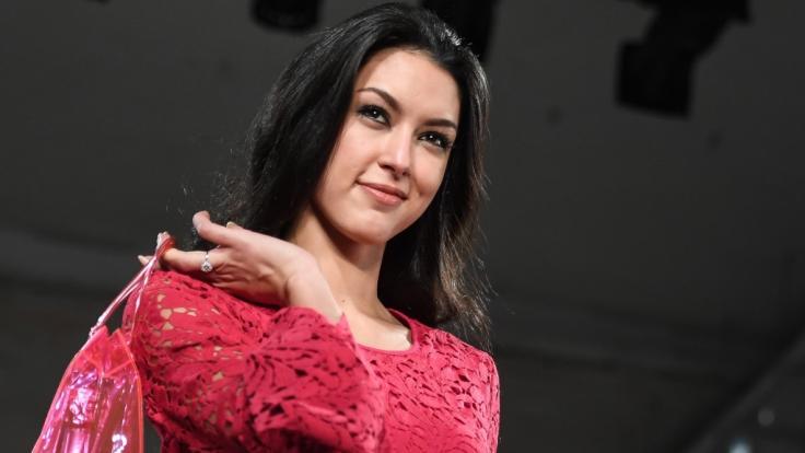 Rebecca Mir feiert den Earth Day.