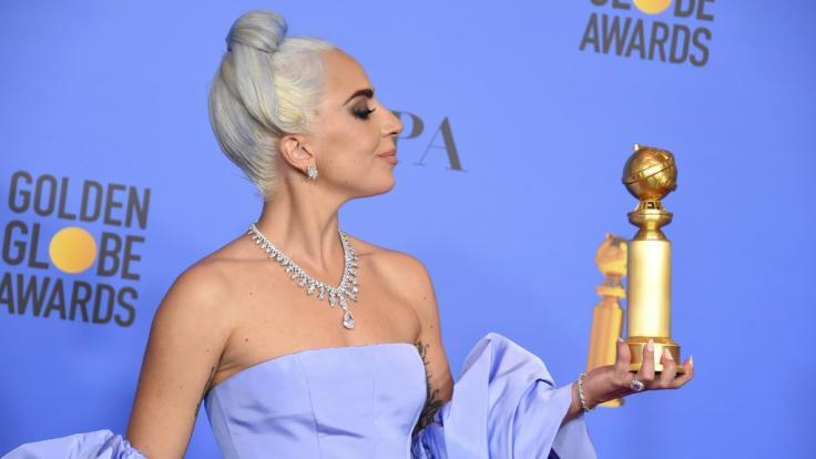 Lady Gaga zeigt ihre Auszeichnung für den besten Originalsong für