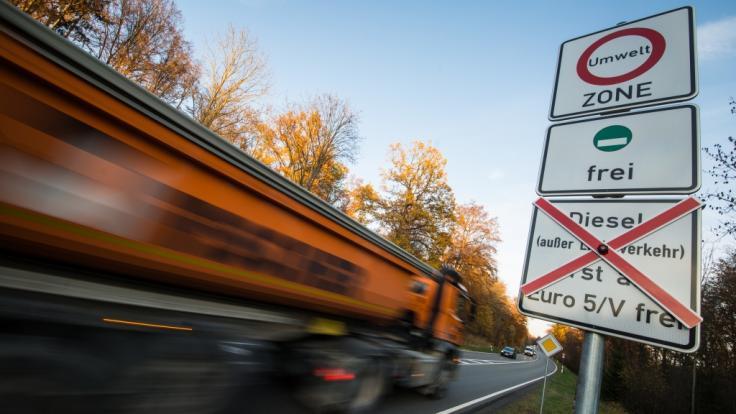 Schilder an einer Straße weisen auf geplante Fahrverbote für ältere Dieselfahrzeuge hin.