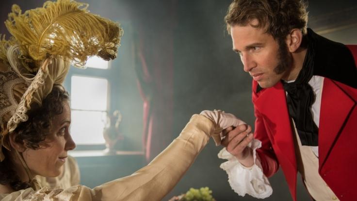 Der Anfang einer großen Liebe: Prinz Leopold von Sachsen-Coburg (Tillbert Strahl) trifft im Juni 1814 auf die britische Thronfolgerin Charlotte (Luise Weber).