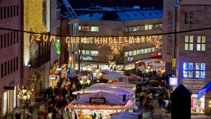 Der Christkindlesmarkt in der Nürnberger Altstadt lockt jährlich gut zwei Millionen Besucher an. (Foto)