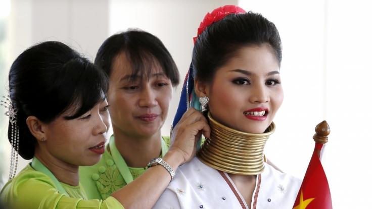 Von klein auf tragen die Frauen die Halsringe.
