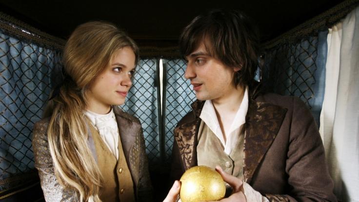 Prinzessin Sophie (Sidonie von Krosigk) zeigt ihrem verwandelten Froschkönig, dem Prinzen Floris (Alexander Merbeth), ihre goldene Kugel. Sie will mit ihm die Welt sehen. (Foto)