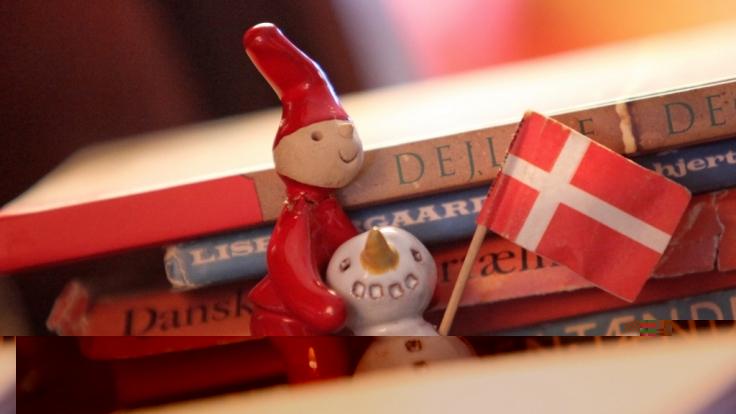 Rot-weiße Weihnachten mit den kleinen Wichteln, den Nissen, in Dänemark. (Foto)