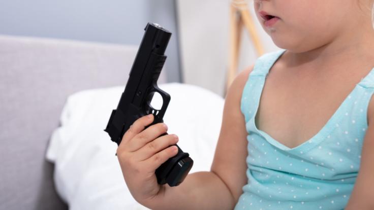 Das leichtfertige Spiel mit einer Waffe bezahlte ein dreijähriges Kind aus dem US-Bundesstaat Louisiana mit dem Leben (Symbolbild).