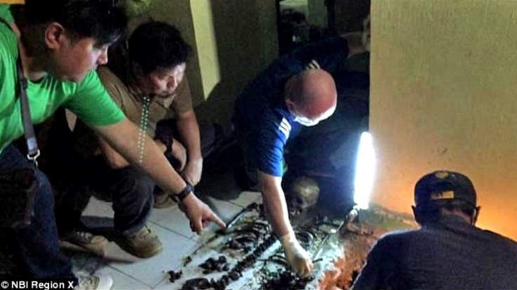 In seinem Haus werden die Leichen mehrerer Kinder gefunden.