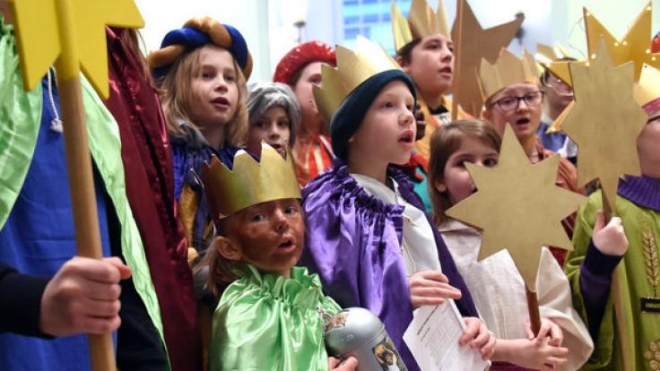 Beim Sternsingen am 6. Januar zum Dreikönigstag verkleiden sich Kinder als die Heiligen Drei Könige und sammeln Geld für wohltätige Zwecke.