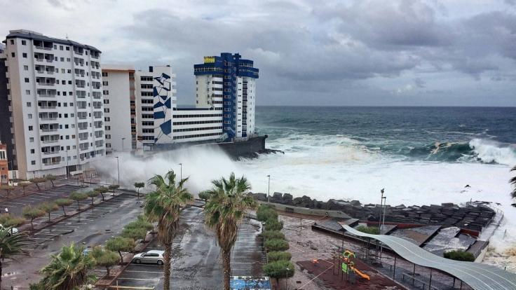 """Hohe Wellen trafen im November 2018 am Hotel """"Mesa del Mar"""" auf die Nordwestküste von Teneriffa. (Foto)"""