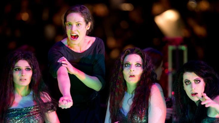 Auch auf der Theaterbühne ist Katharina Lorenz (2. v.l.) eine gefragte Schauspielerin. (Foto)