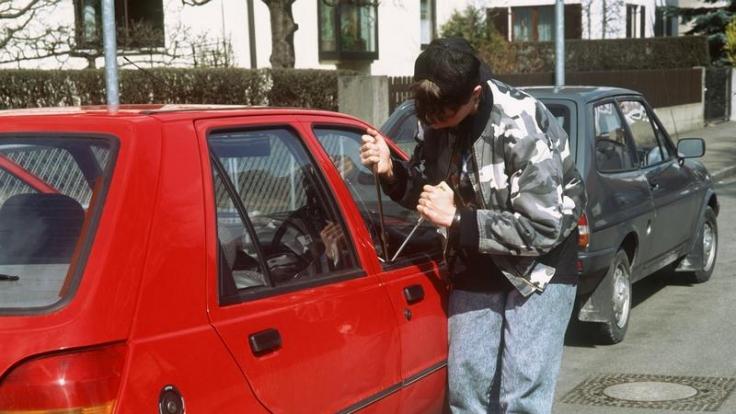 Früher stiegen die Diebe mit brachialer Gewalt in Autos ein, heute haben sie die Schlüssel oder eine Technik, die Türen einfach zu öffnen. (Foto)