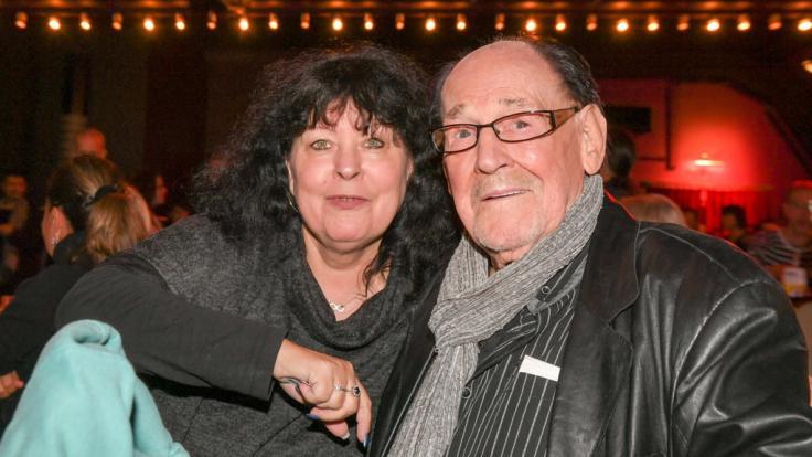 """Herbert Köfer gemeinsam mit seiner Frau Heike Köfer bei der Premiere des Musicals """"Zombie Berlin"""" im Jahr 2019. (Foto)"""