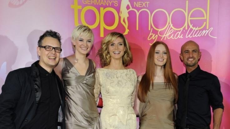GNTM-Siegerinnen Barbara Meyer, Jennifer Hof gemeinsam mit Heidi Klum, Peyman Amin und Rolf Scheider.