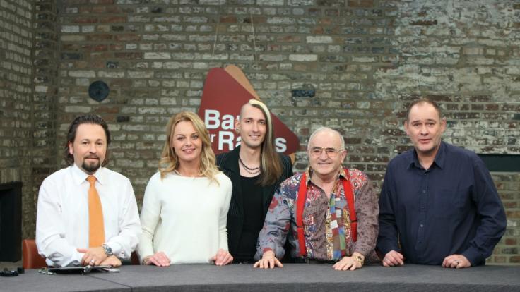 Wolfgang Pauritsch, Susanne Steiger, Fabian Kahl, Ludwig Hofmaier und Walter Lehnertz stehen nebeneinander am Auktionstisch. (Foto)