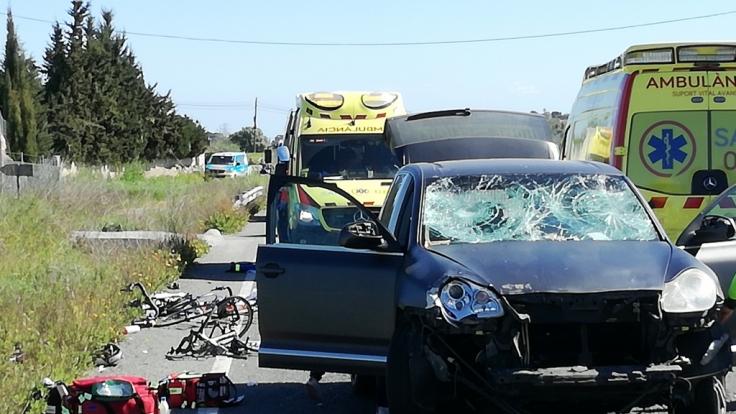 Das Unfallfahrzeug und Rettungskräfte und Fahrzeuge der Ambulanz stehen am Unfallort. (Foto)