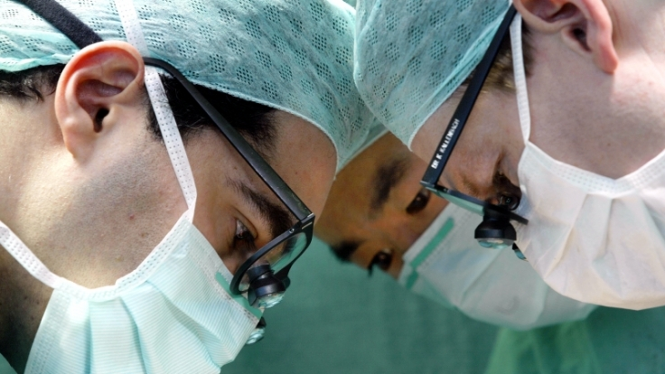 Ärzte im OP  (Foto)